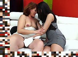 mature hairy pussy lesbians